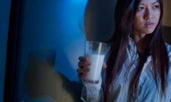 Nếu bạn uống sữa vào buổi tối thì điều gì sẽ đến với cơ thể?