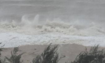 Hình ảnh sóng biển dâng cao, mưa ngút trời trước giờ cơn bão số 10 đổ bộ đất liền