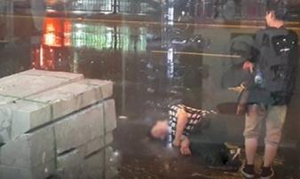 Bất chấp mưa bão, chàng trai nằm lăn ra đường 'ăn vạ' người yêu