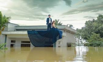 Trong mưa lũ lịch sử ở Ninh Bình, cô dâu chú rể vẫn chịu khó... leo nóc nhà để chụp ảnh cưới