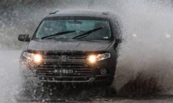 Cần lưu ý gì khi chạy ô tô trong mùa mưa?