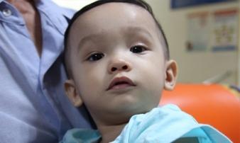 Bé trai 14 tháng bị bạo hành và bỏ rơi ở bệnh viện: Sút 4kg, tính mạng bị đe dọa