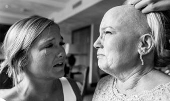 Nghẹn ngào câu chuyện phía sau bức ảnh cô dâu và mẹ òa khóc trong đám cưới