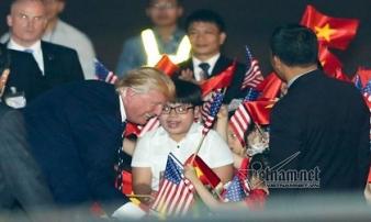 Cậu bé được Tổng thống Trump tặng hoa, bắt tay khi tới Hà Nội là ai?