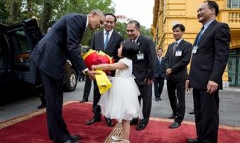 """Thành tích """"khủng"""" của những em bé vinh dự đại diện Việt Nam tặng hoa chính trị gia thế giới"""