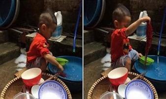 Thấy bố mẹ ăn xong không dọn, bé trai vừa rửa bát vừa nói câu khiến cả nhà 'đứng hình'
