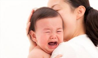 Dỗ 2 tiếng không nín, tôi chết điếng trước sự thật mẹ chồng bế vào phòng 5 phút con ngủ