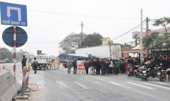 Hàng chục cảnh sát dùng máy cắt đặc biệt để giải cứu tài xế xe ben