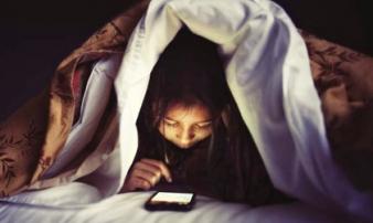 Hết cách vì con nghiện điện thoại, bố mẹ phải đánh thuốc mê để đưa con vào viện tâm thần
