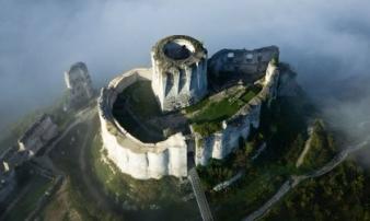 Những lâu đài bỏ hoang đẹp nhất thế giới