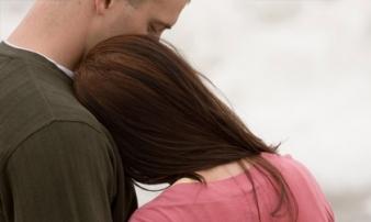 Nửa đêm hốt hoảng chết đứng khi thấy vợ bầu đang làm hành động đó, càng sốc hơn khi biết lý do...