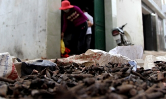 Hai tấn đầu đạn chất đống trong vườn nhà dân