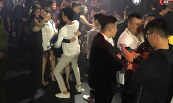 Nhiều dân chơi đang 'phê' bóng cười trong quán bar ở trung tâm Sài Gòn