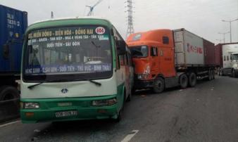 """Xe container """"đại náo"""", tông hàng loạt phương tiện trên phố Sài Gòn"""