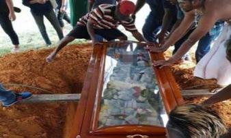 Con trai chôn cất bố cùng chiếc quan tài phủ đựng đầy tiền và lý do xúc động phía sau