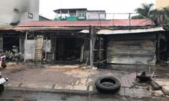 Lửa thiêu rụi dãy nhà mặt phố sáng mùng 2 Tết ở Hà Nội