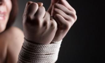 Thiếu nữ xinh đẹp bị 3 gã trai lập mưu hãm hại