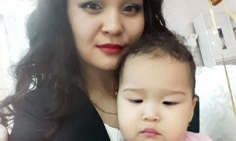 Bé gái 3 tuổi bị sốc nặng khi nhìn mẹ chết tức tưởi trong thang máy