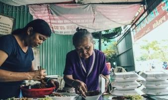 Gạt nước mắt, mẹ chồng nạn nhân nấu cơm chay miễn phí cho cư dân Carina