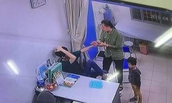 Người nhà đấm liên tiếp vào mặt bác sĩ, vứt tiền lên bàn tạo hiện trường giả