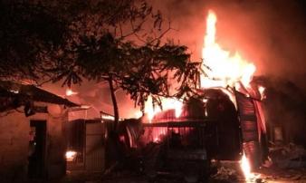 Hà Nội: Nhà xưởng hàng trăm m2 cháy ngùn ngụt trong đêm
