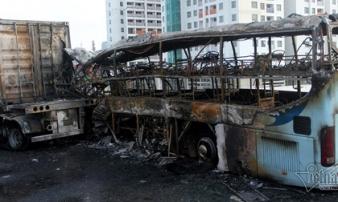 Xe khách và container cháy dữ dội trên vành đai 3, một phụ nữ tử vong