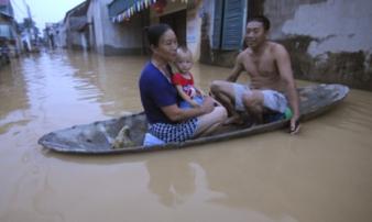 Ngập lụt ở Hà Nội: Cả nhà phải lên thuyền sống