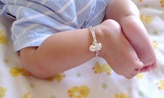 Nguy hiểm chết người từ chiếc vòng bạc mà hàng ngàn em bé đang đeo trên người