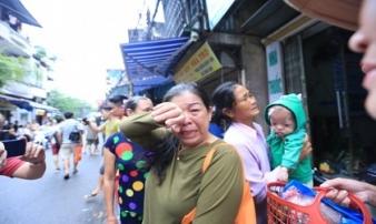 Nước mắt người bệnh nghèo sau hoả hoạn ở Đê La Thành: 'Bệnh án, tiền bạc cháy trụi cả rồi, giờ chúng tôi biết đi về đâu?'