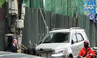 Hà Nội: Thanh sắt dài 3m rơi từ công trình xây dựng xuyên thủng kính ô tô