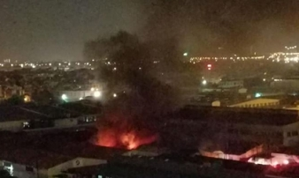 Cháy xưởng sản xuất đồ chơi ở Long Biên, lửa bốc lên ngùn ngụt