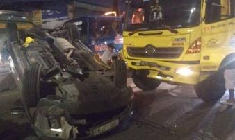 Ô tô 7 chỗ bị xe tải tông chổng vó, 4 người la hét kêu cứu