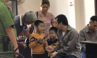 Vụ container đâm Innova ở Thái Nguyên: Nghẹn lòng ánh mắt của hai đứa trẻ gặp bố trong phiên tòa sau 2 năm xa cách