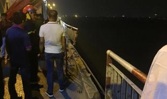 Ô tô húc bay lan can cầu Chương Dương, lao xuống sông Hồng
