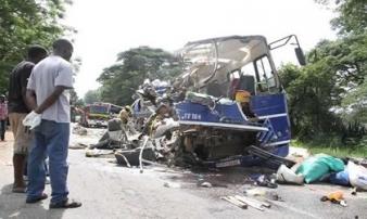 Hai xe bus đâm nhau kinh hoàng, gần 120 người thương vong