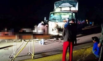 Xe máy kẹp 3 va chạm xe tải, 3 người tử vong tại chỗ