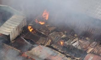 Nóng: Đang cháy cực lớn kho xưởng phía sau Bến xe Nước Ngầm