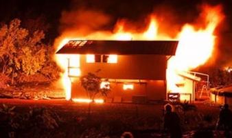 'Ma men' dẫn lỗi sau cơn say, thanh niên xách can xăng đốt cả nhà bố mẹ