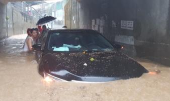Ngập lụt kinh hoàng ở TP.Nha Trang: Ô tô 'bơi' như tàu ngầm, đồ vật trong nhà chìm trong biển nước