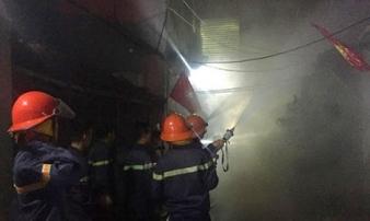 Lửa cháy ngùn ngụt thiêu rụi nhà dân