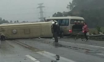 Nhiều người la hét kêu cứu trong xe khách nát bét đầu trên cao tốc