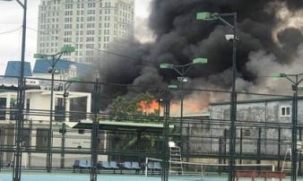 Cháy lớn tại xưởng sửa chữa ô tô sau trụ sở VFF, cột khói bốc cao nghi ngút