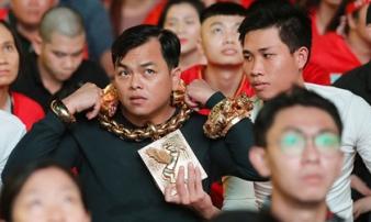 Đại gia đeo 13 kg vàng xem bóng đá 'gây sốt' trên báo nước ngoài