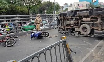"""Xe tải """"đại náo"""" cầu vượt thép ở Sài Gòn, nhiều người bị thương"""