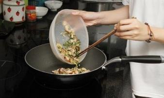 Nấu lại thức ăn, thói quen gia đình nào cũng gặp dịp Tết: Chuyên gia cảnh báo điều gì?