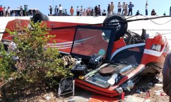 Xe khách lao vực ở Bình Thuận, nhiều du khách nước ngoài bị thương