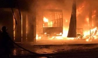 Bà hỏa thiêu rụi xưởng làm lốp ô tô trong đêm, cả gia đình thoát nạn