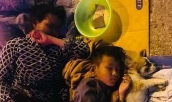 Nghẹn ngào hình ảnh 3 mẹ con nằm co ro dưới ánh đèn leo lắt nơi vỉa hè Sài Gòn
