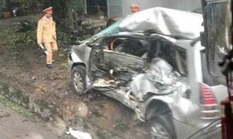 """Xe tải """"điên"""" tông trúng Innova chở 8 người, cháu bé Hàn Quốc tử vong"""
