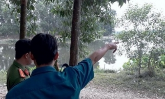 Bàng hoàng phát hiện thi thể nam thanh niên đang phân hủy nổi lập lờ trên sông ở Bình Dương